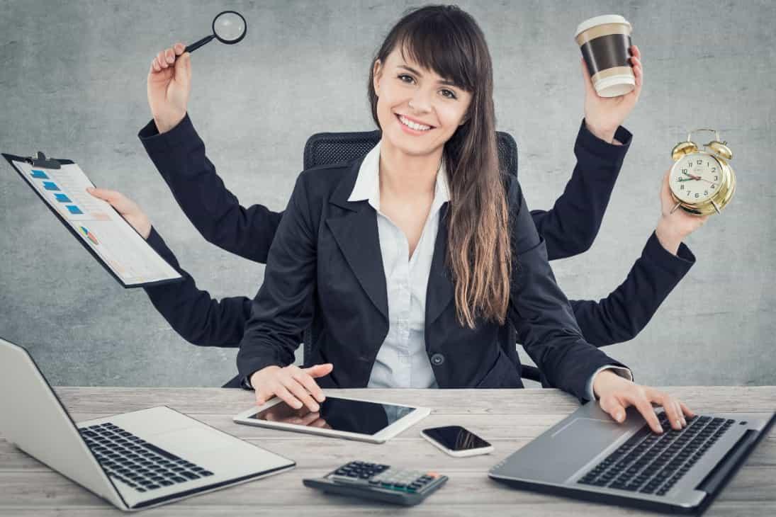 Frau am Schreibtisch sitzend multitasking