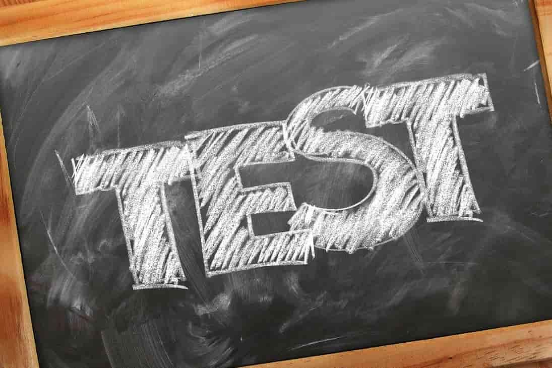 Tafel mit weißer Schrift Test